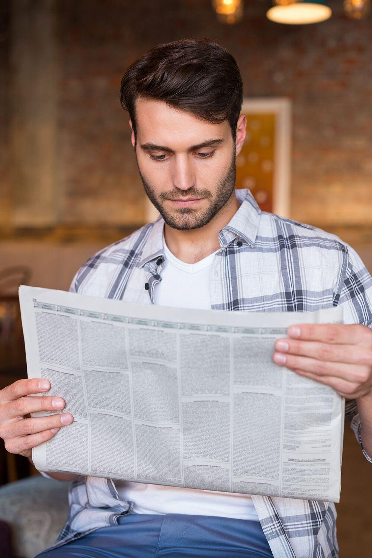 Пожилой гражданин читает газету